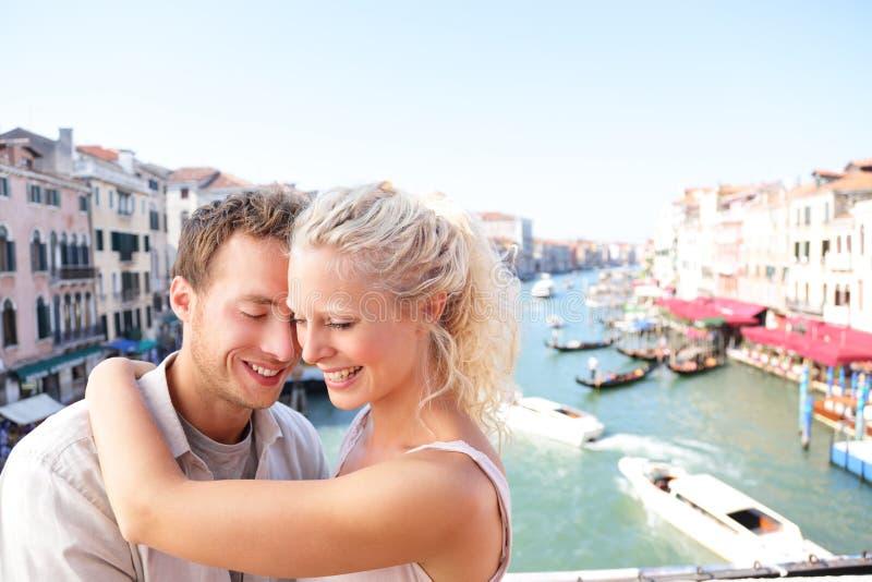 拥抱和亲吻在威尼斯的约会夫妇 库存照片