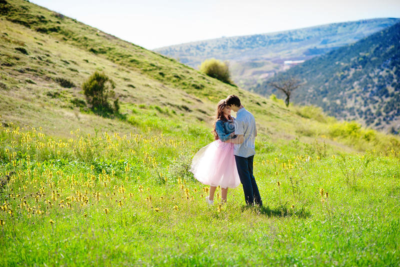 拥抱和亲吻户外春天的愉快的爱恋的夫妇 免版税图库摄影