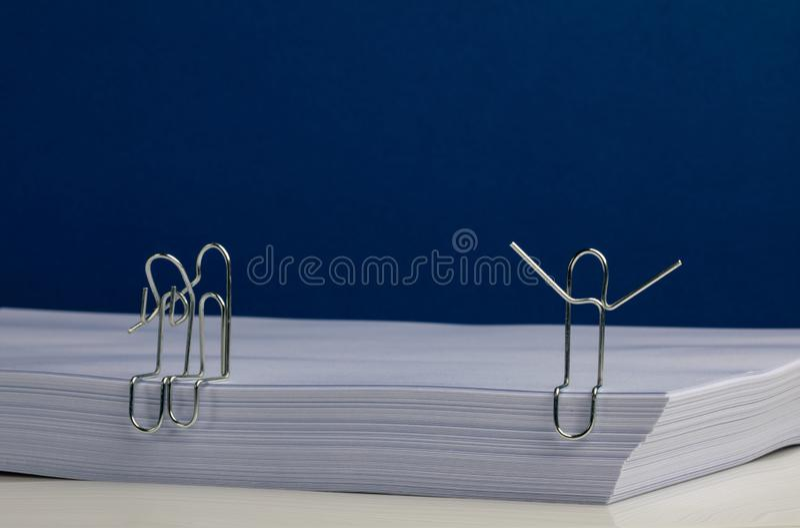 拥抱和在大量的惊叫的纸夹字符纸 库存照片