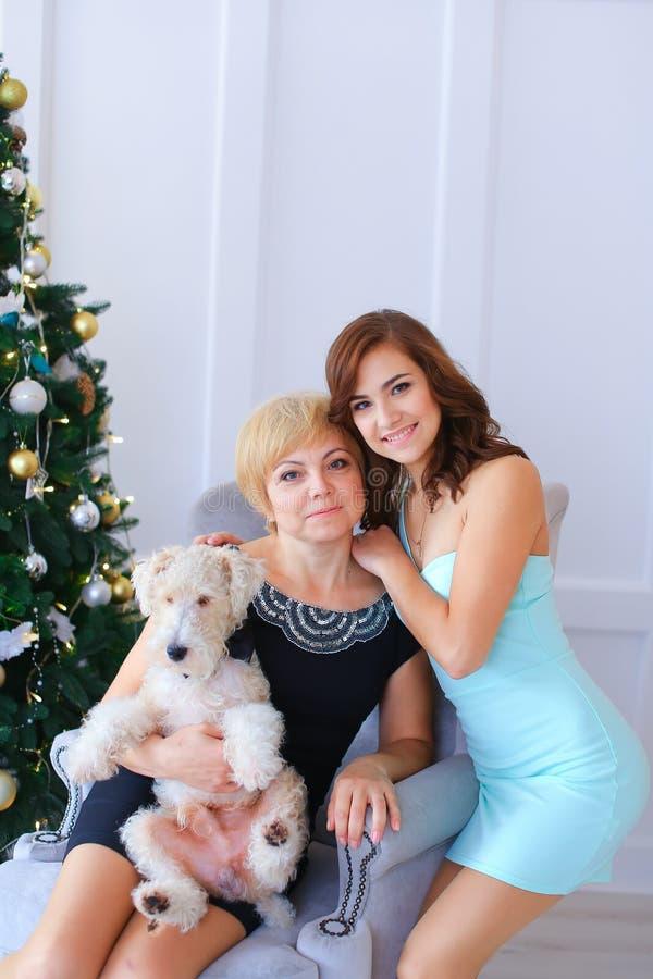 拥抱和摆在为照相机的母亲和女儿 wo 免版税图库摄影
