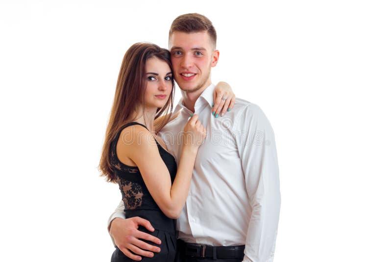 拥抱和摆在演播室的美好的浪漫夫妇 免版税库存照片