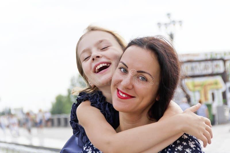 拥抱和笑母亲和女儿 库存图片