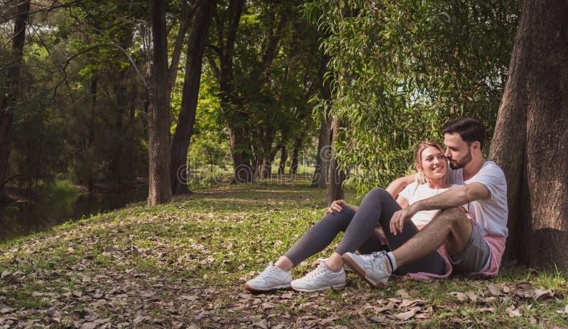 拥抱在一个公园的一对可爱的夫妇早晨 库存照片