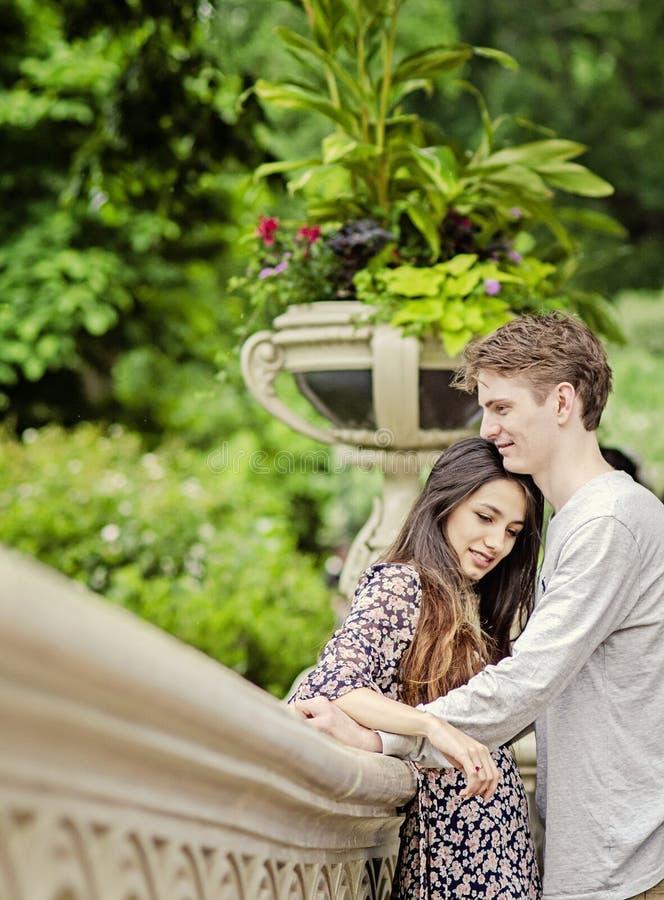 拥抱在中央公园的愉快的夫妇 免版税库存图片