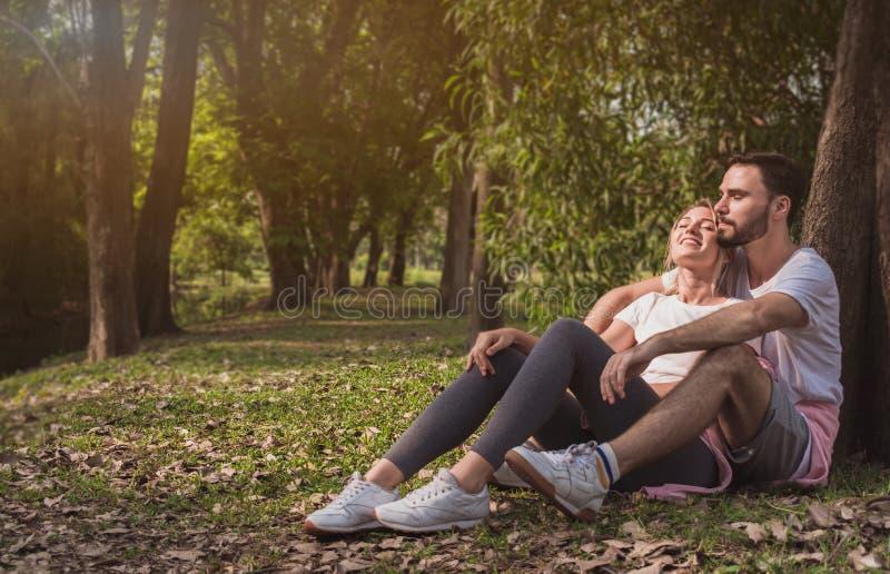 拥抱在公园的一对可爱的夫妇 免版税库存照片