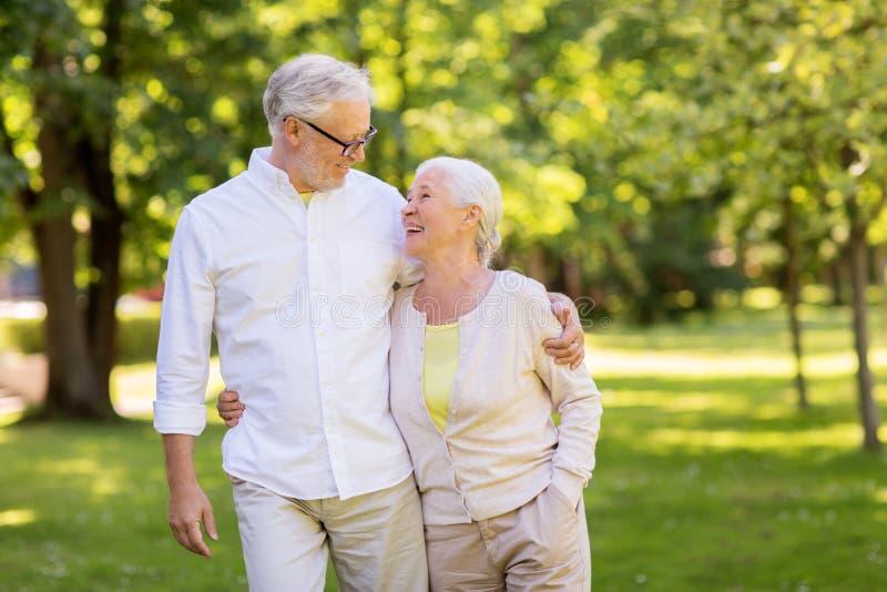拥抱在夏天公园的愉快的资深夫妇 免版税图库摄影