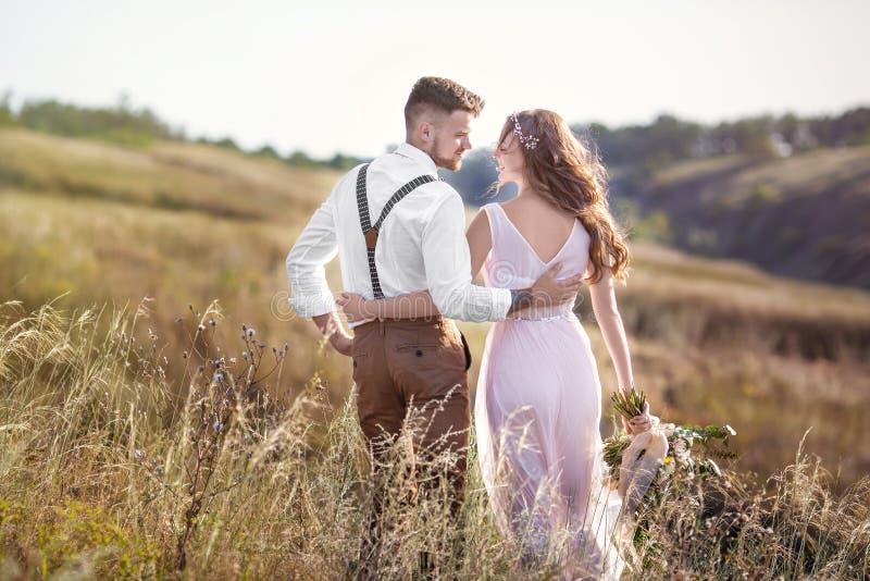 拥抱在婚礼的新娘和新郎 库存图片