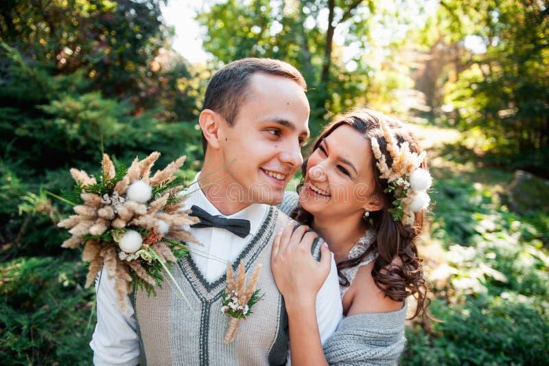 拥抱在山河附近的美好的夫妇 免版税库存照片