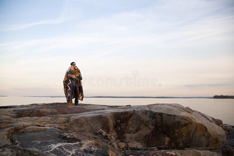 拥抱在岩石的成熟夫妇 库存图片