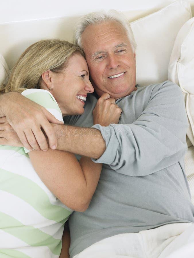 拥抱在床上的中世纪夫妇 免版税库存照片