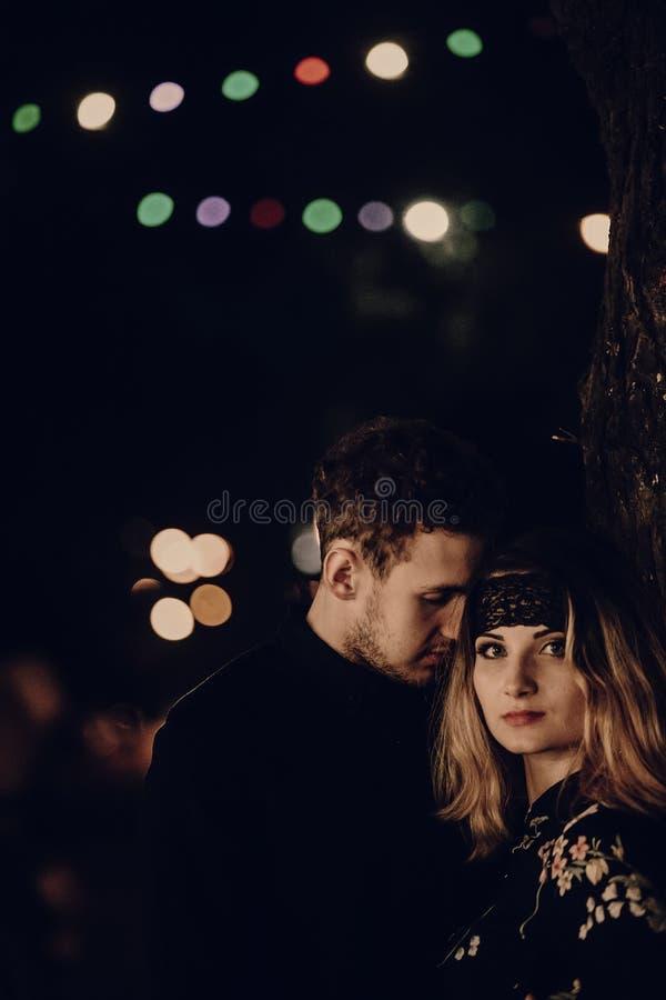 拥抱在晚上城市街道的热情的恋人 时髦的突然行动 免版税库存照片