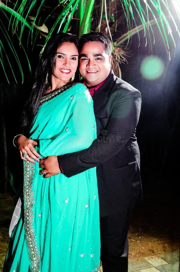 拥抱在晚上的印度年轻夫妇 库存图片