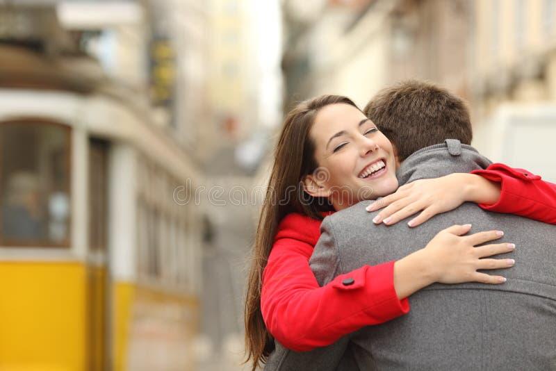 拥抱在爱的夫妇的遭遇 免版税库存照片