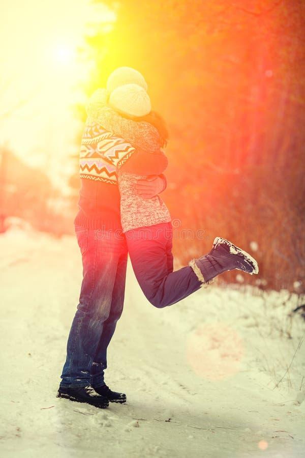 拥抱在爱的夫妇 免版税库存照片