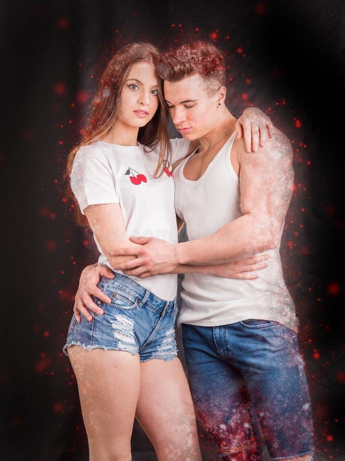 拥抱在白色的演播室射击的浪漫夫妇 图库摄影