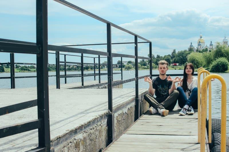 拥抱在码头,放松和作梦在s的愉快的时髦的夫妇 库存照片