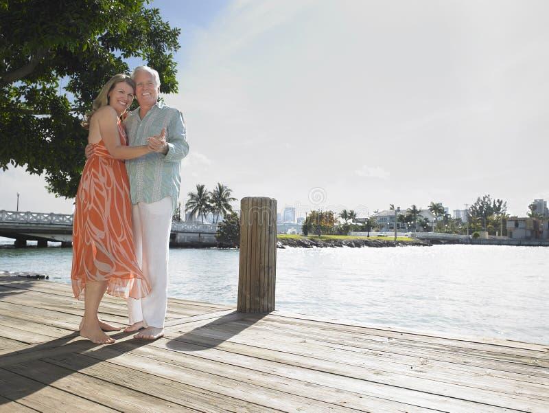 拥抱在码头的中世纪夫妇 免版税图库摄影