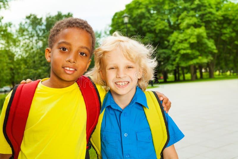 拥抱在肩膀的两个男孩画象  免版税图库摄影