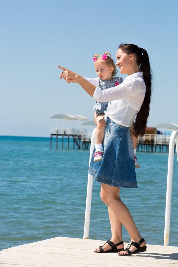 拥抱在自然童年和家庭的概念愉快的妈妈和儿童女孩 美丽的母亲和她的婴孩 库存照片