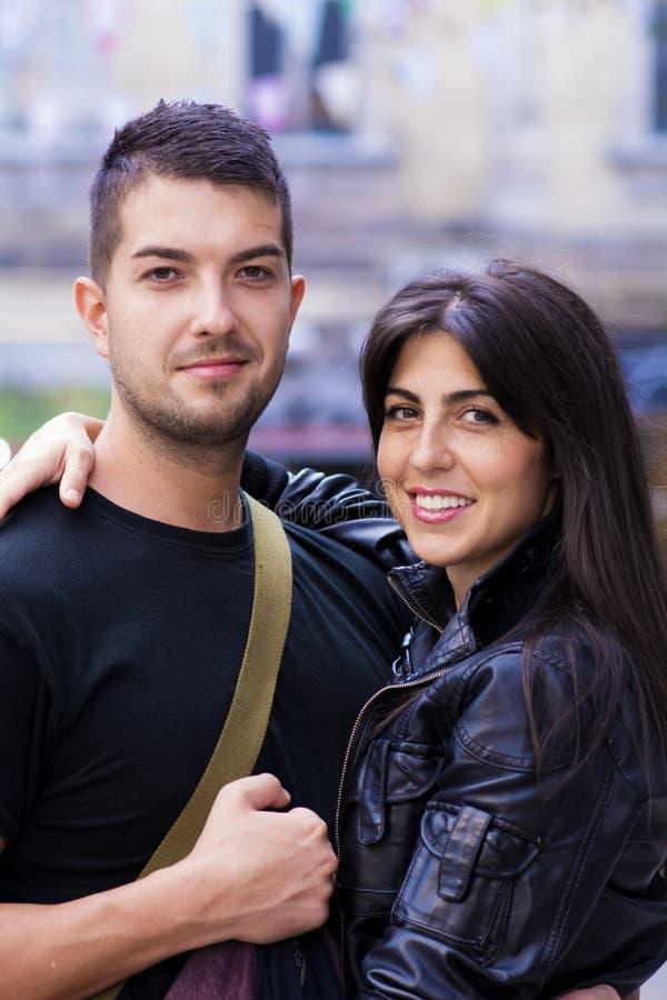 拥抱在街道上的美好的夫妇 库存图片