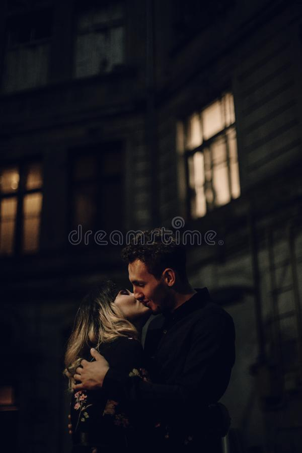 拥抱在街道的愉快的夫妇在晚上,英俊的人embrac 库存图片