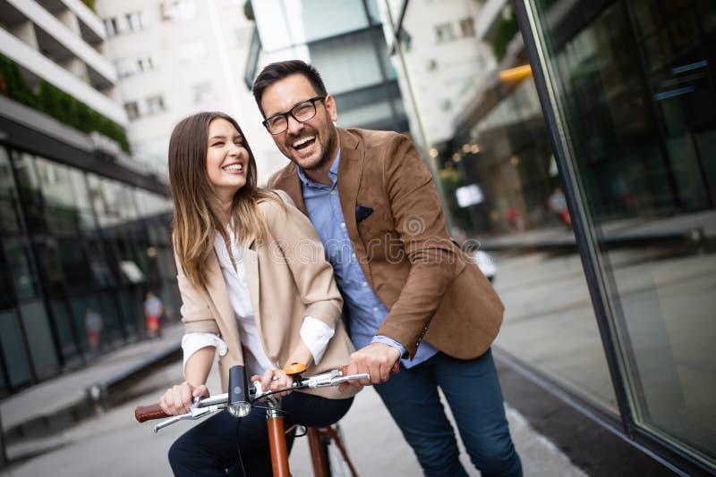 拥抱在街道的有吸引力的年轻企业夫妇 免版税库存照片