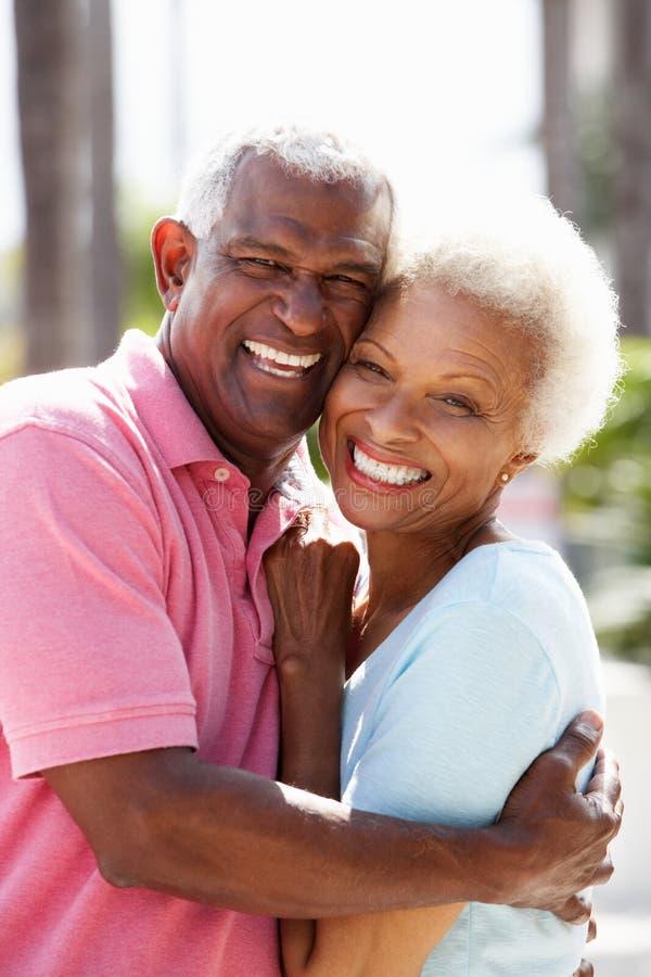 拥抱在街道的浪漫高级夫妇 免版税库存照片