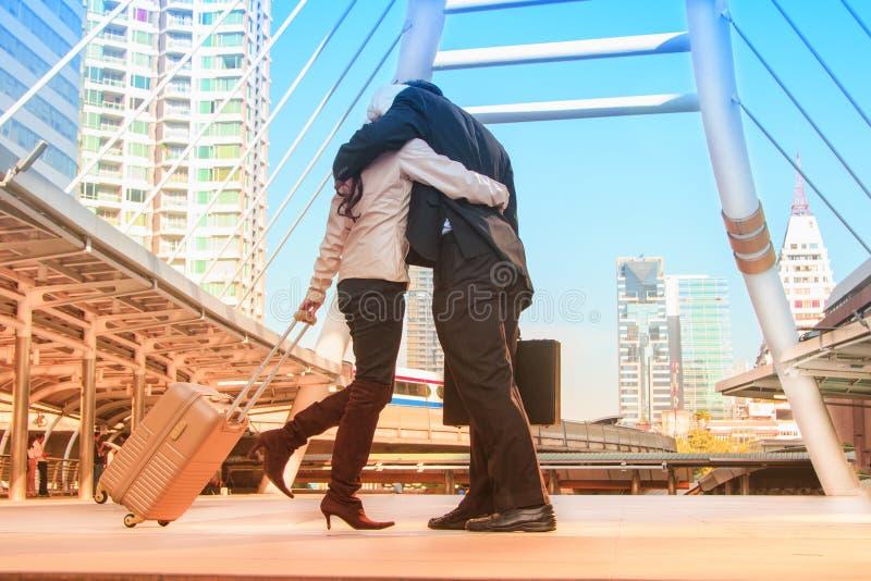 拥抱在街道的爱的愉快的夫妇在旅行以后 库存图片