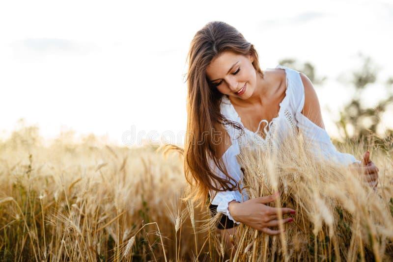 拥抱大麦和麦子的美丽的妇女 图库摄影