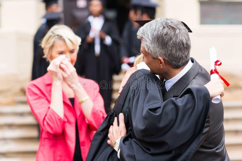 拥抱女儿毕业的父亲 图库摄影