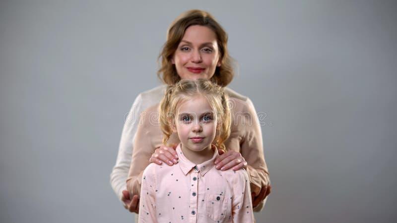 拥抱女孩、女性支持和关心,儿童养育家庭的母亲和父亲 免版税图库摄影