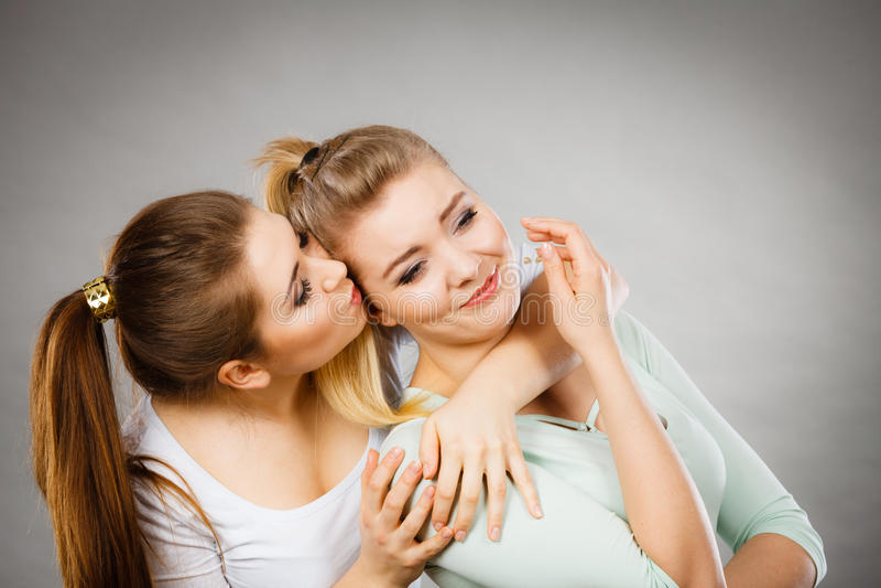 拥抱她哀伤的女性朋友的妇女 库存图片