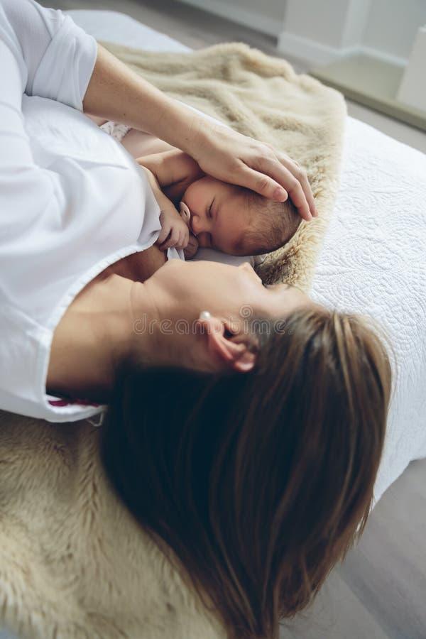 拥抱她新出生的女婴的母亲 库存图片