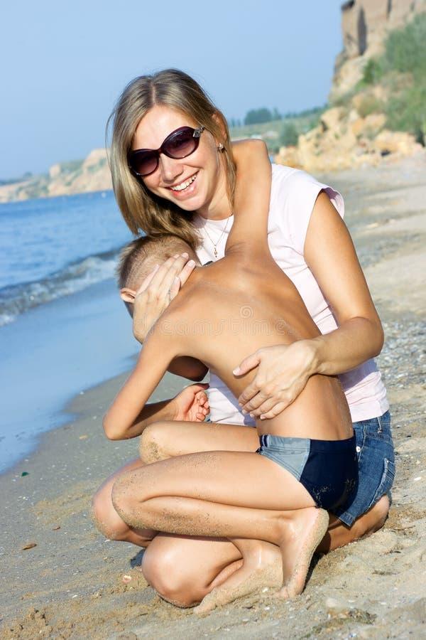 拥抱她的儿子的母亲 免版税图库摄影