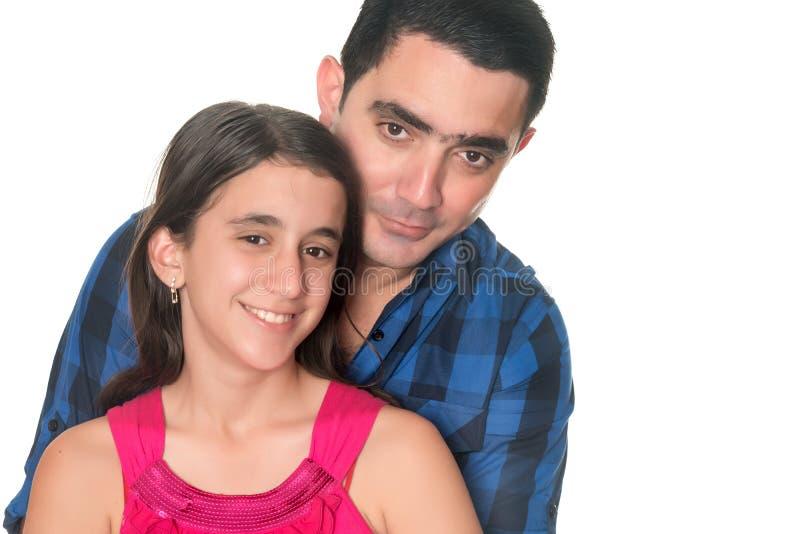 拥抱她的十几岁的女儿的西班牙人 免版税库存图片