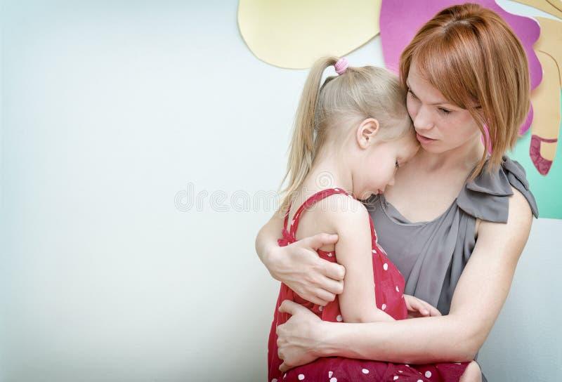 拥抱她的子项的母亲 库存照片
