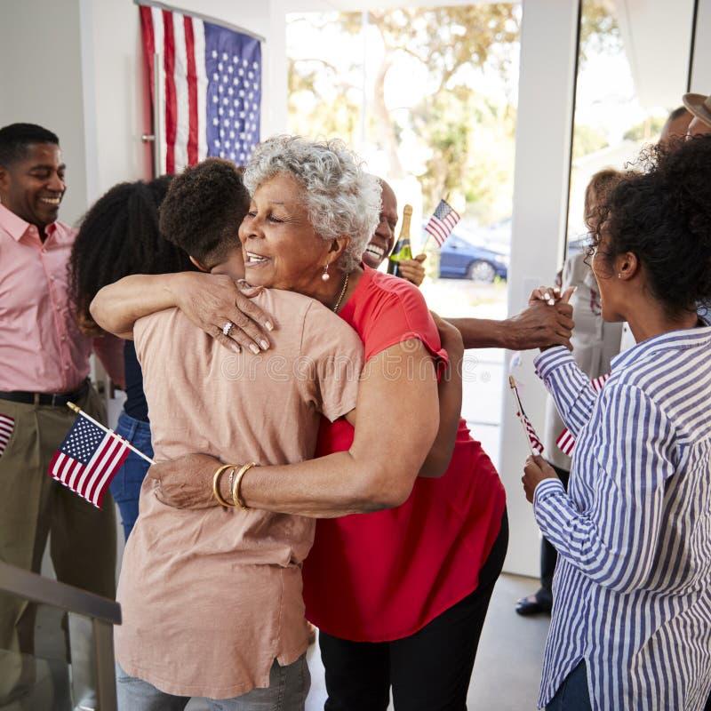 拥抱她的孙子的资深非裔美国人的妇女在美国独立日家庭聚会,关闭  库存照片