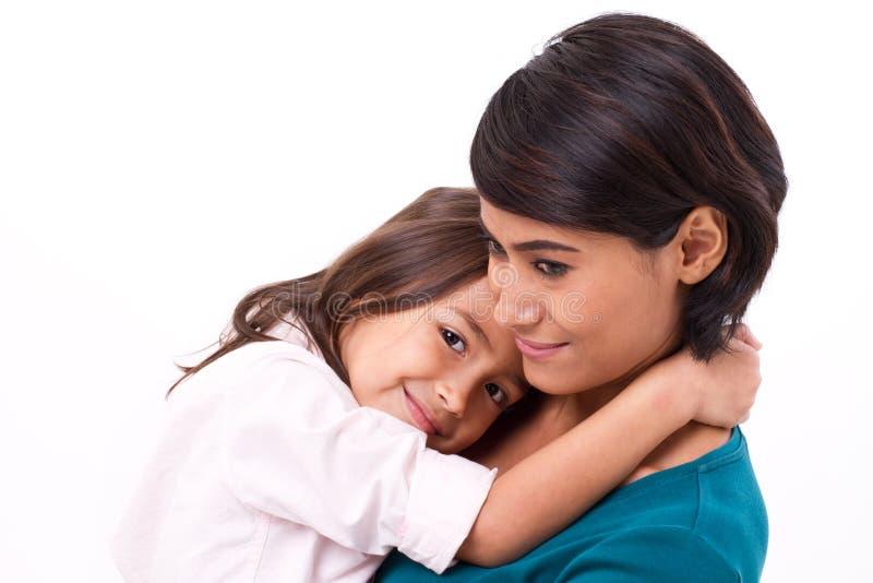 拥抱她的愉快的家庭的母亲、概念或l的小女儿 免版税库存图片