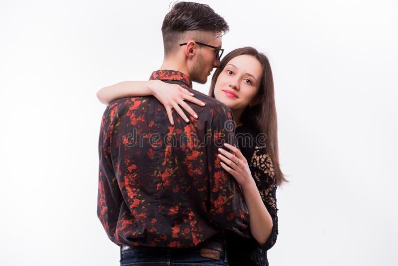 拥抱她的行家男朋友的年轻行家妇女 免版税库存照片