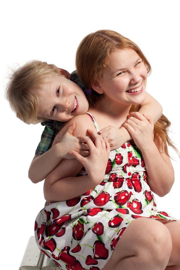 拥抱姐妹的弟弟 免版税库存照片