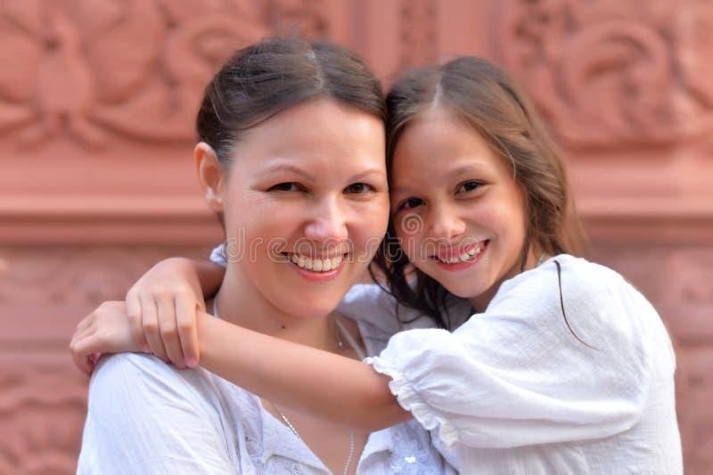 拥抱小女儿的母亲 库存照片