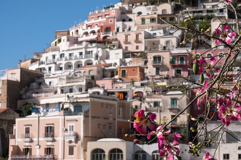 拥抱山边的五颜六色的房子在波西塔诺令人愉快的镇阿马尔菲海岸的在意大利南部 库存照片