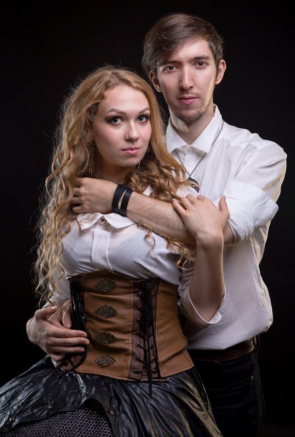 拥抱年轻柔和的爱恋的夫妇 免版税库存照片