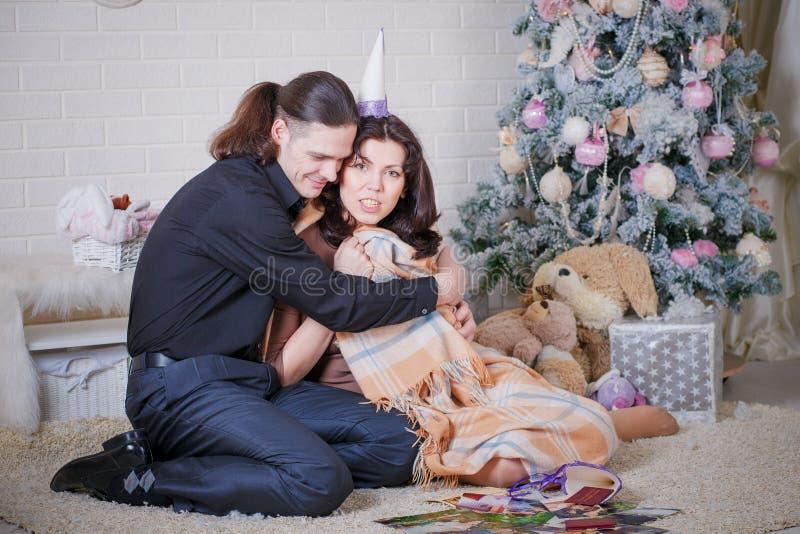 拥抱怀孕的夫妇 免版税图库摄影