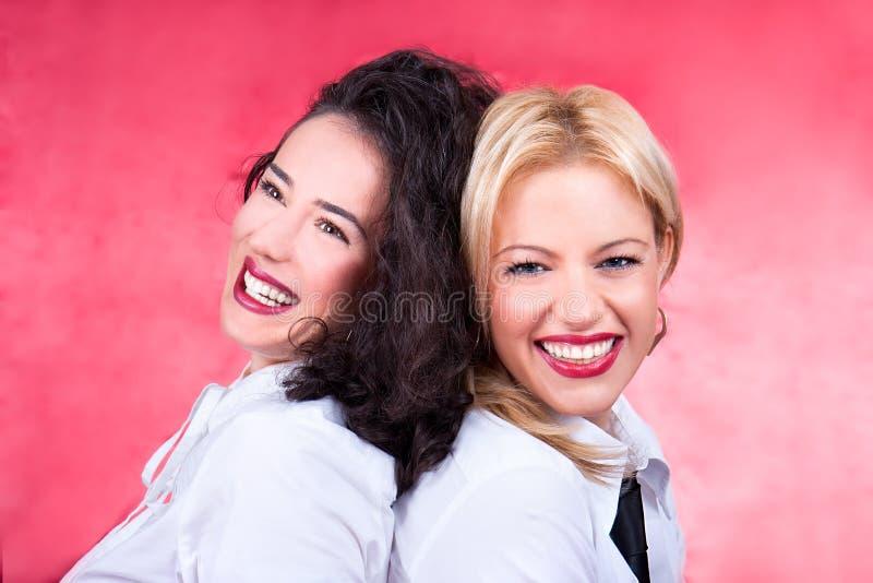 拥抱愉快的美丽的少妇笑和 图库摄影