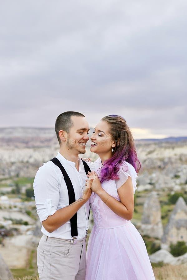 拥抱早晨的爱的夫妇本质上 关系和爱男人和妇女 美好的自然和风景,柔软 库存照片