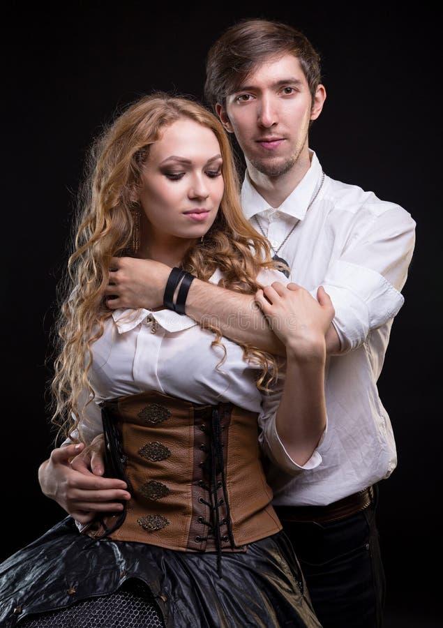 拥抱柔和的爱恋的夫妇 库存照片