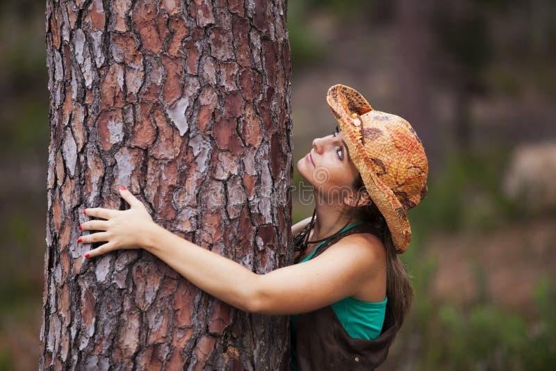 拥抱树的少妇 库存照片