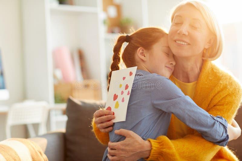 拥抱母亲的女儿 库存图片
