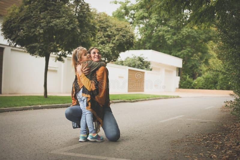拥抱母亲的女儿 秋天秋天森林路径季节 免版税图库摄影